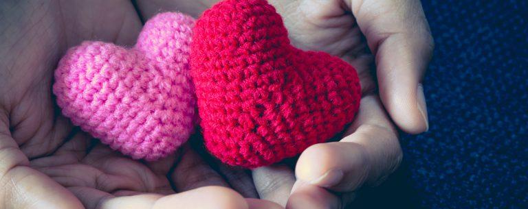 roze en rode gebreide hartjes