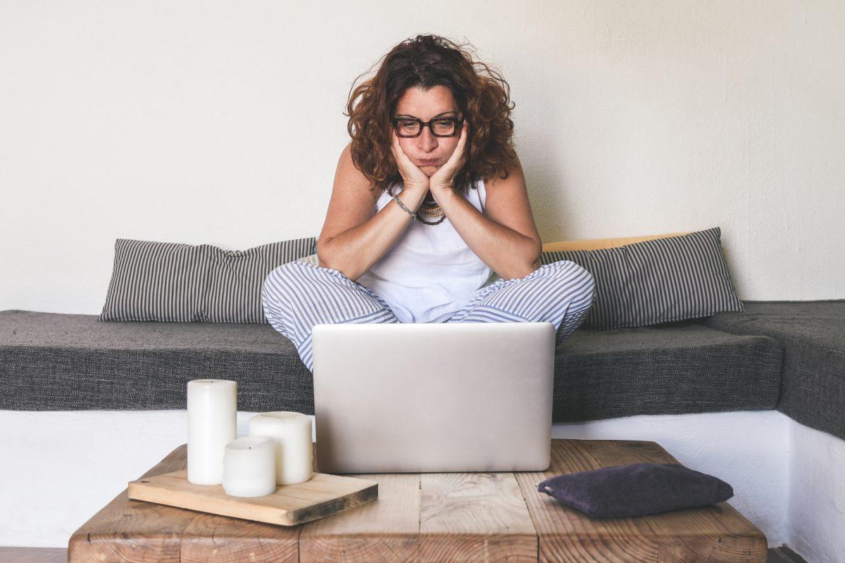 vrouw vind kijkt moeilijk naar haar laptop en heeft er geen zin meer in
