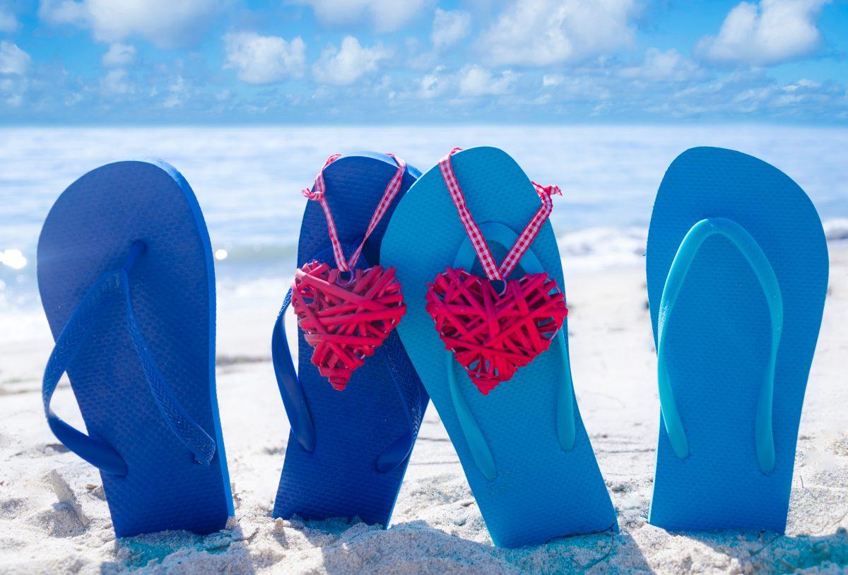 Sandalen in het zand aan het strand