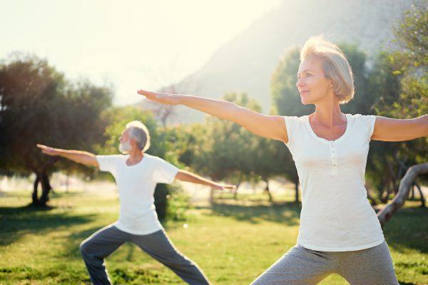 Stel doet yoga buiten in de natuur