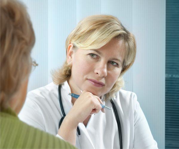 Meer beenamputaties door stilvallen zorg coronacris, huisarts met patient